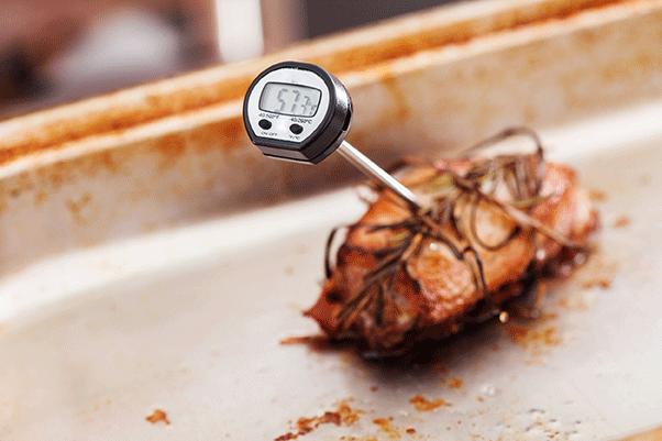 Fleisch mit Thermometer zur Garkontrolle